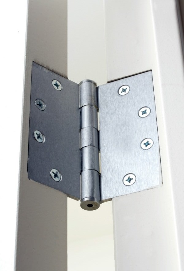 Squeaky hinges can be resolved using shampoo