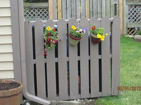 An amazing pallet idea to hide trash cans without much efforts.