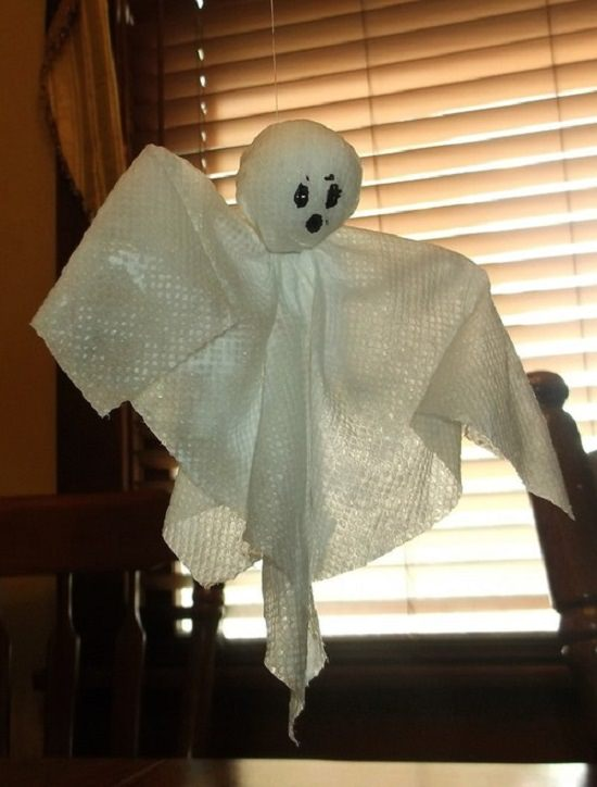 DIY Paper Towel Halloween Ghosts